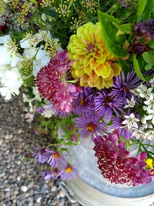 Bouquet sur seau en métal par Écru Fleurs